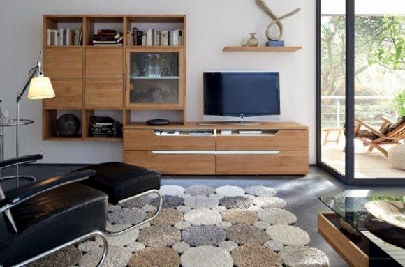 Kệ gỗ phòng khách cần phù hợp với kích thước của ti vi và diện tích phòng